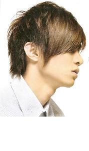 modna fryzura męska z grzywką