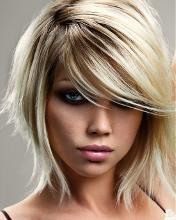 Lekka asymetryczna fryzura dla blondynki